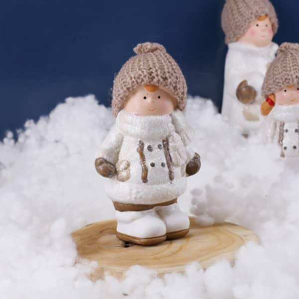 Winter Junge mit Mütze und Mantel