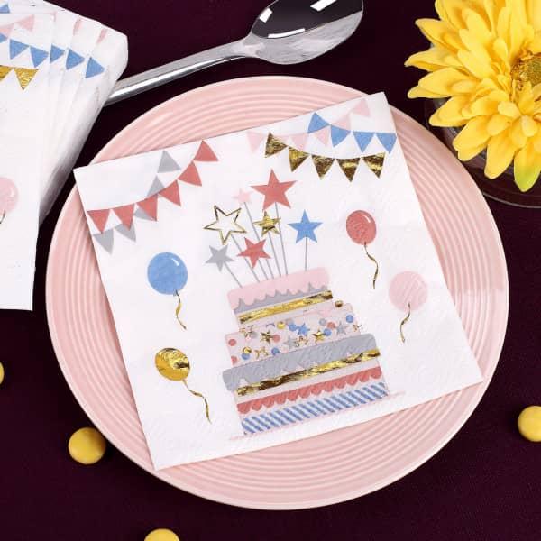 Bunte Servietten mit goldenen Details zum Kindergeburtstag