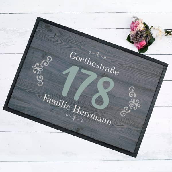 Familien-Fussmatte mit großer Hausnummer und Namen und Straße