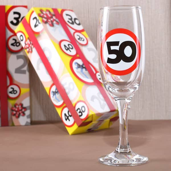 Sektglas mit Verkehrszeichen 50