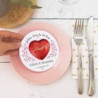 Gastgeschenk zur Hochzeit - runde Karte mit rotem Lindt Schokoherz
