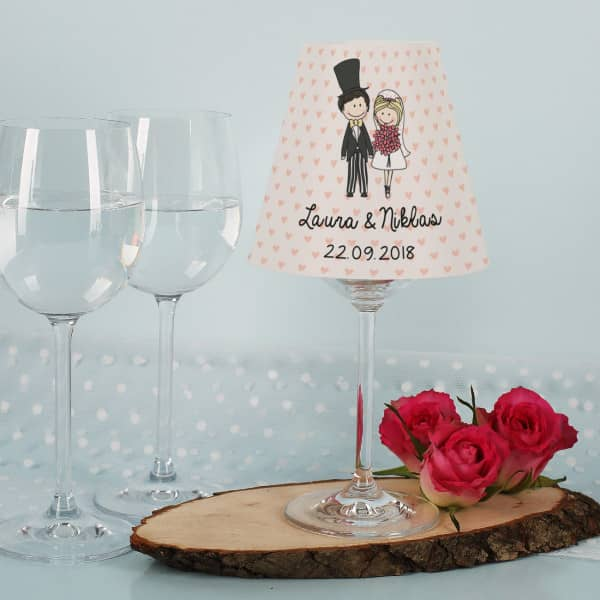 Weinglas Lampenschirm zur Hochzeit mit Comic Brautpaar, Namen und Datum