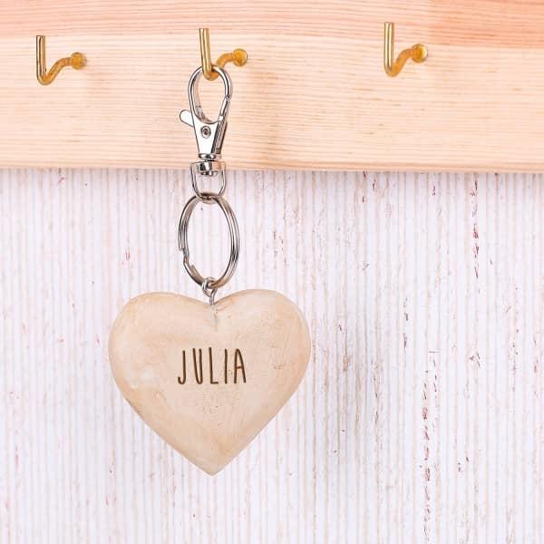 Herz Schlüsselanhänger handgeschnitzt mit Namensgravur