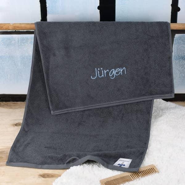 Handtuch in schiefergrau mit Name bestickt in hellblau