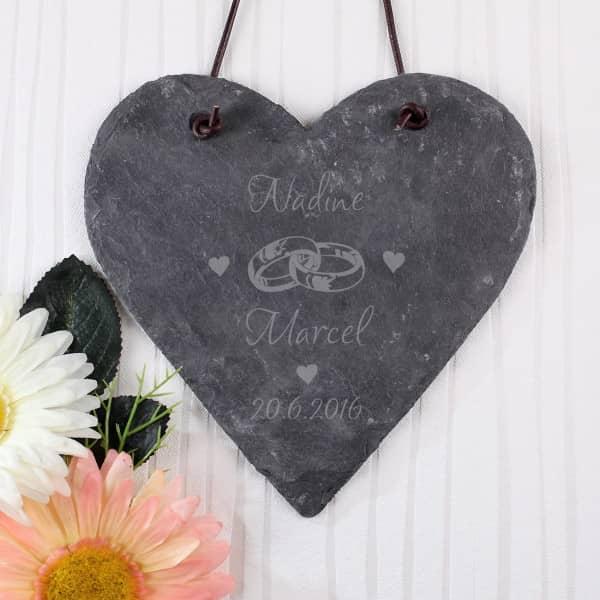 Graviertes Herz aus Schiefer mit Wunschdaten zur Hochzeit