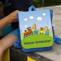 Kinderrucksack mit bunter Eisenbahn und Name