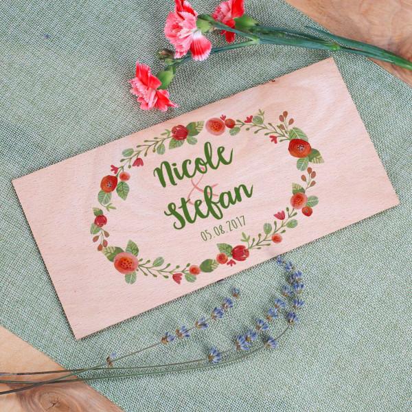 Holzkarte zur Hochzeit mit Namen und Datum und Blumenkranz bedruckt