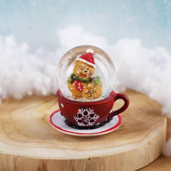 Schneekugel Teddybär auf roter Tasse