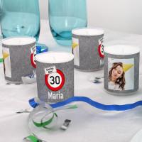 Vier kleine Kerzen mit Foto und Verkehrszeichenmotiv zum Geburtstag