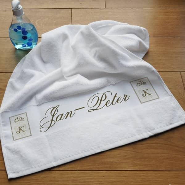 ersönliches Handtuch mit Name und Initale