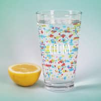 Bunt bedrucktes Trinkglas mit Name