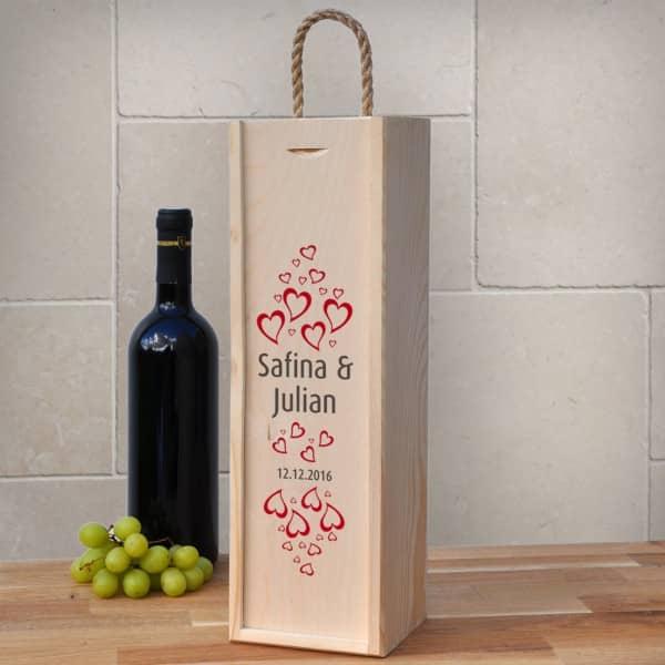 Wein Geschenkverpackung aus Holz zur Hochzeit mit Herzen und Namen