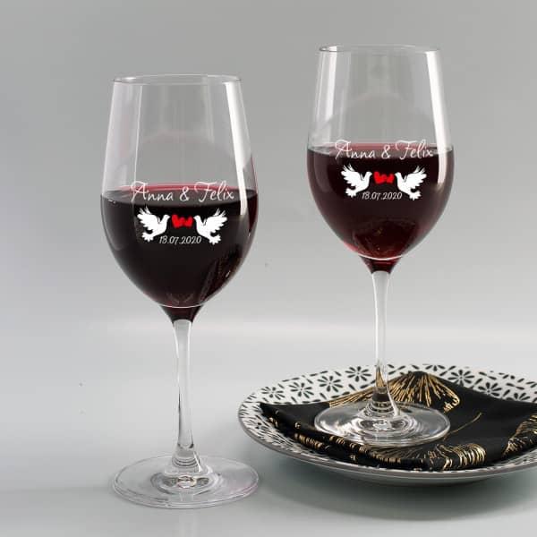 Zwei Weingläser mit Taubenmotiv bedruckt zur Hochzeit