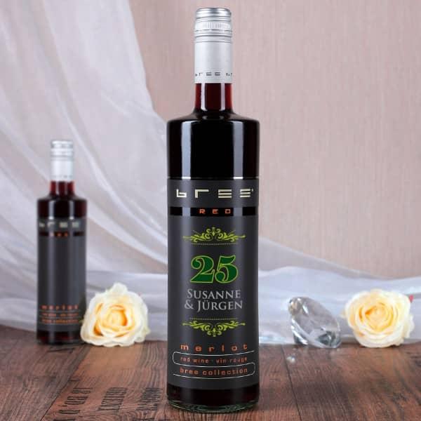 Rotwein Bree mit Aufdrucker der Namen des Paares, der Zahl 25 und Ornamenten