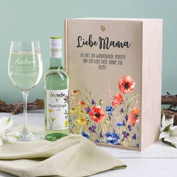 Tolles Weißwein Geschenkset zum Muttertag mit graviertem Weinglas, Biorebe Weißwein und Holzbox mit Ihrem Wunschtext bedruckt