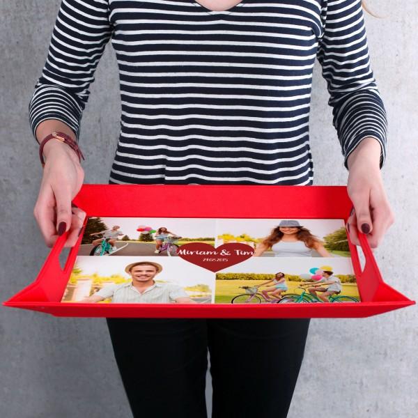 Tablett in rot bedruckt mit vier Fotos, Namen u...