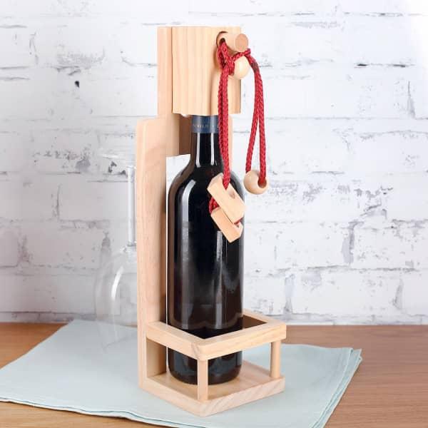 gro er holz flaschenhalter mit geduldsspiel. Black Bedroom Furniture Sets. Home Design Ideas