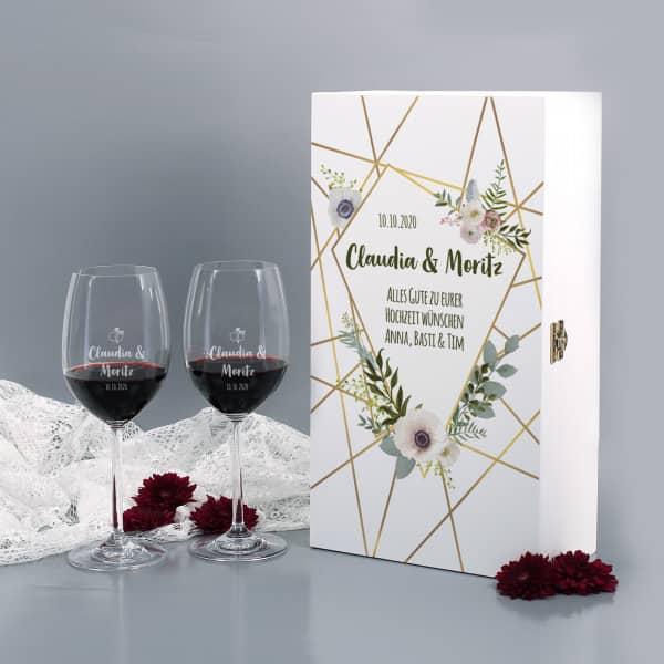 Hochzeitsset gravierte Weingläser in bedruckter Holzverpackung mit Blüten, Namen & Datum