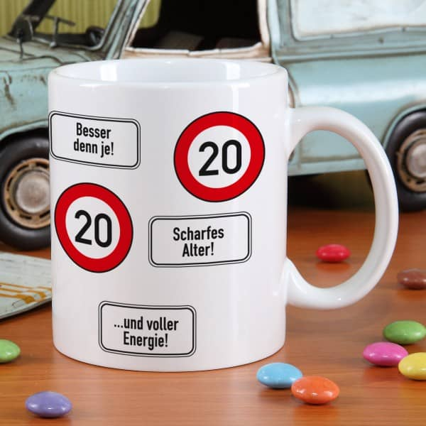 große Kaffeetasse zum 20. Geburtstag mit Verkehrszeichen 20