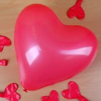 8 rote Herzluftballons