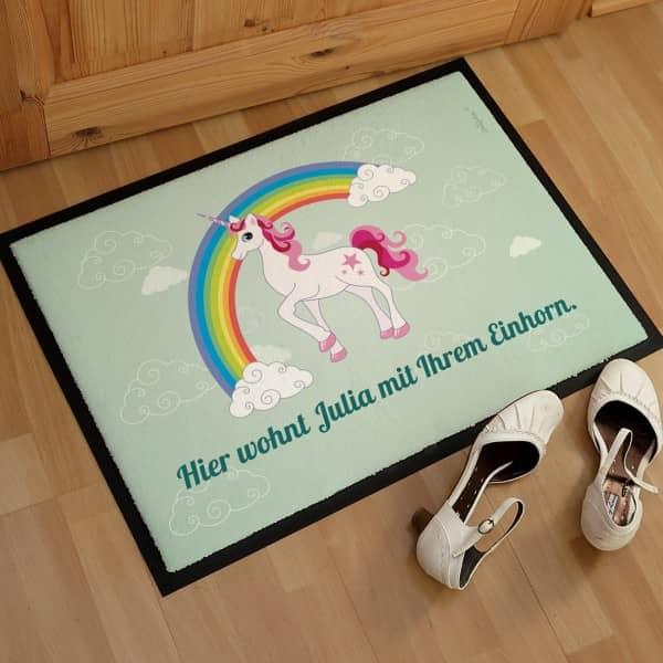 Individuellwohnzubehör - Fussmatte mit Einhorn auf Regenbogen und Ihrem Wunschtext - Onlineshop Geschenke online.de