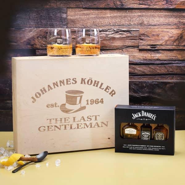 Whisky-Geschenksetmit 3 Flaschen Jack Daniel`s, 2 gravierten Whiskygläsern und 1 gravierten Geschenkbox aus Holz.