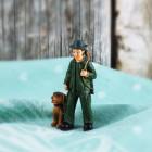 Kleine Jäger-Figur mit Hund