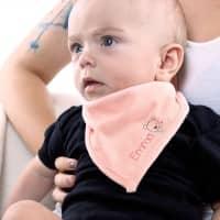 Rosa Halstuch für Babys mit Namensaufdruck