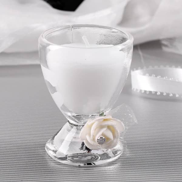 weiße Kerze im Glas mit Rosendeko