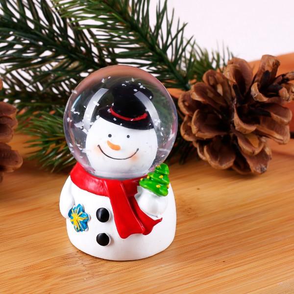 Süße Schneekugel mit Schneemann und Tannenbaum