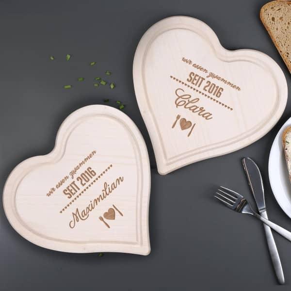 2 Holzherzen Brettchen zur Hochzeit mit Namen und Datum