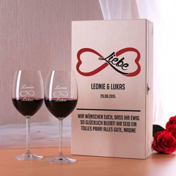 Holzbox und Weingläser mit dem Symbol für unendliche Liebe