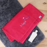 Himbeerfarbenes Handtuch mit Delfin und Name in 3 Größen