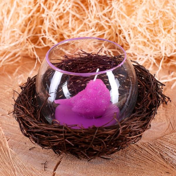 Osternest mit Windlicht und lila Kükenkerze