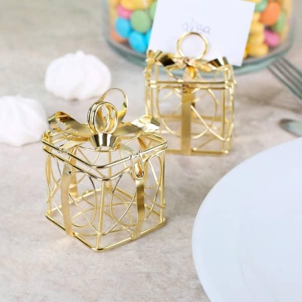 2 kleine goldene geschenkboxen als gastgeschenk zur hochzeit. Black Bedroom Furniture Sets. Home Design Ideas