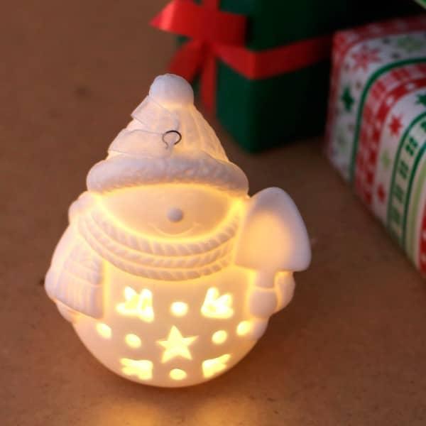 Keramik - Weihnachtsfigur mit LED Schneemann mit Spaten