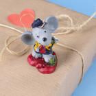 Kleine Deko-Maus mit Hut und Herzen