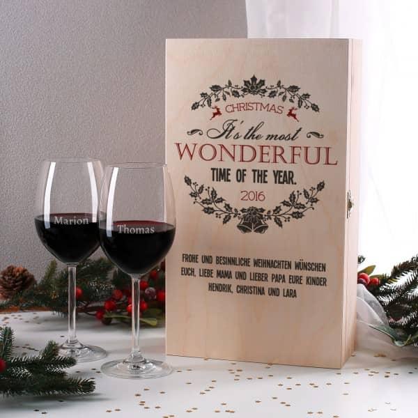 Weinset in bedruckter Holzbox mit zwei gravierten Gläsern zu Weihnachten