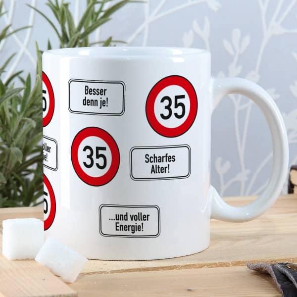 große Kaffeetasse zum 35. Geburtstag mit Verkehrszeichen 35