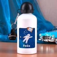 Trinkflasche mit Name und kleinem Astronaut im Weltall