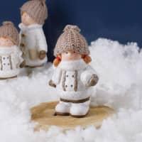 Kleines Winter-Mädchen mit Mütze & Glitzermantel