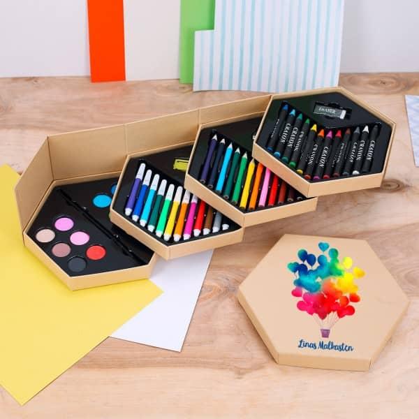 Malkasten mit vielen Stiften, bedruckt mit Wunschtext im watercolor Stil