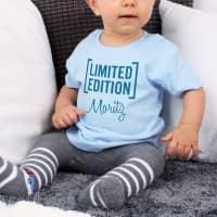 Blaues Babyshirt Limited Edition mit Name