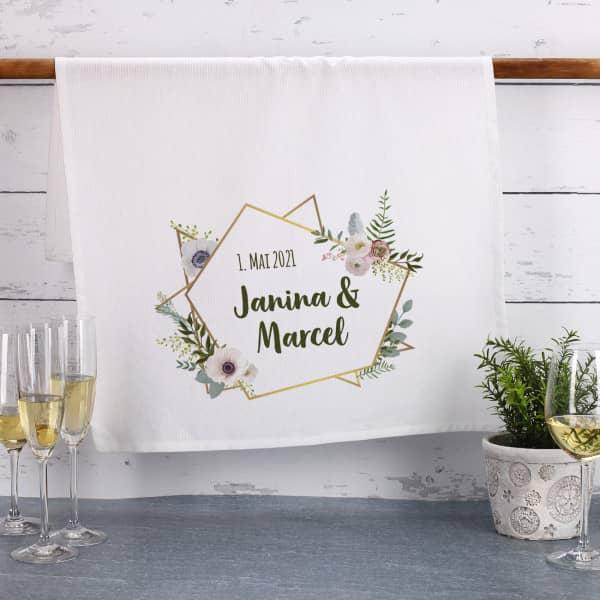 Geschirrtuch zur Hochzeit mit Blüten in Watercolor-Optik, Namen und Datum
