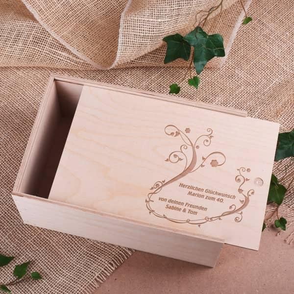 Holzbox mit der Gravur von Ornamenten und Wunschzeilen