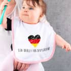 Babylätzchen für Mädchen bedruckt mit Herz in Deutschlandfarben und Wunschtext