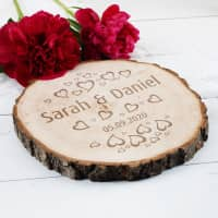 Gravierte Scheibe aus Echtholz mit Herzen, Namen und Datum graviert