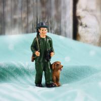 Kleine Jäger-Figur mit Hund und Fernglas