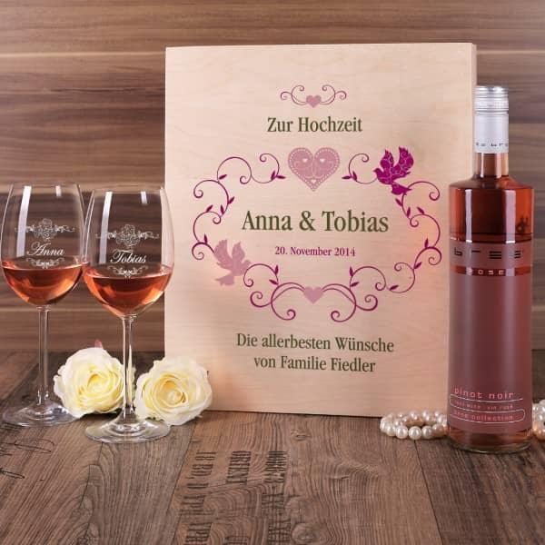 Geschenkset zur Hochzeit - Weingläser und Flasche in persönlicher Holzbox