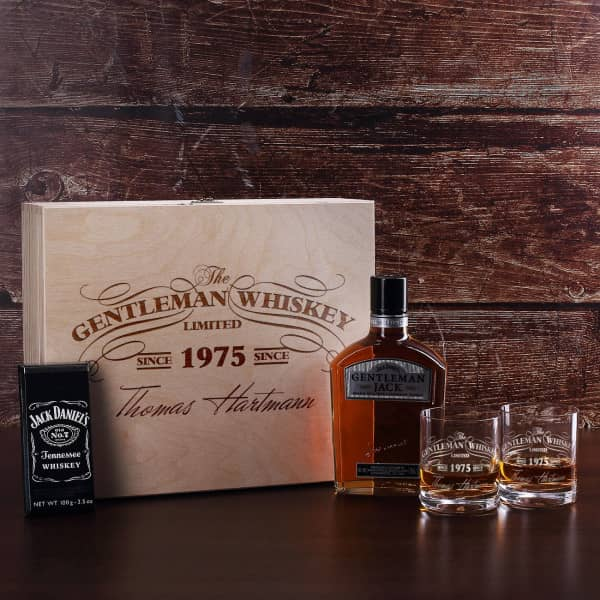 Jack Daniels Whisky Geschenkset mit Schokolade und gravierten Whiskygläsern in gravierte Holzkiste